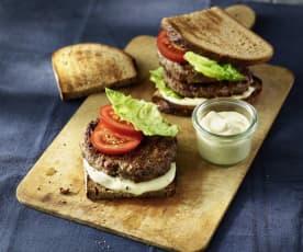 Cranberry-Burger mit Honig-Senf-Sauce