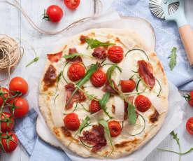 Pizza bianca z długodojrzewającą szynką i pomidorkami