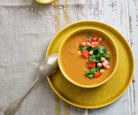 Sopa de tomate com grão, lentilhas e coentros