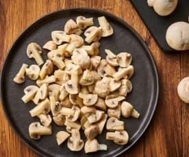 Cozer 400-500 g de cogumelos Paris em quartos