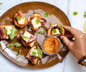 Tartines de pain de mie, coulis de tomates, compotée d'oignons rouges et coppa