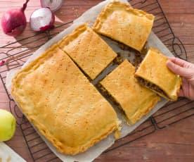 Empanada de cebolla roja, morcilla y manzana