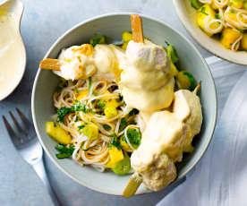 Brochettes de poulet satay, nouilles à l'ananas