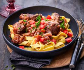Rindfleisch-Rotwein-Ragout zu Nudeln