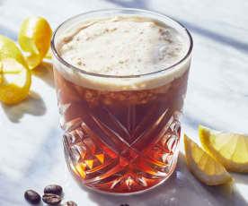 Geeister Kaffee mit Tonic Water und Zitrone