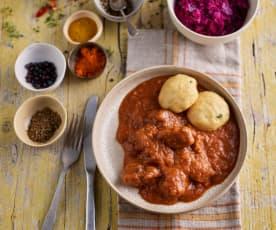 Gulasz wołowy z knedlami z chleba; Kapusta czerwona na ciepło