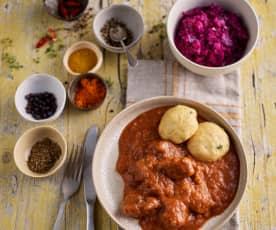 Goulash de bœuf, dumplings de pain et chou rouge