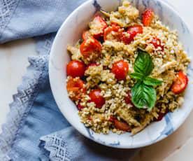Salada de frango com quinoa, morangos e molho pesto