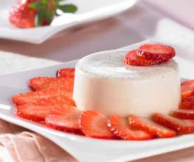 Kokos-Panna-Cotta auf Erdbeer-Carpaccio