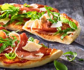 Pizza mit Rucola und Parmaschinken