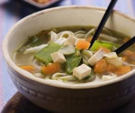 Sopa asiática de verduras con tofu
