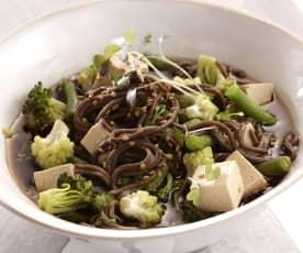 Gemüse-Suppe mit Soba-Nudeln und Tofu
