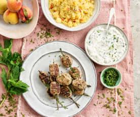 Kofta de borrego com cuscuz de pêssego e molho tzatziki