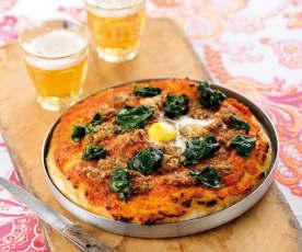 Piza de alheira, espinafres e ovos de codorniz