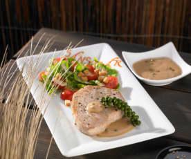 Thunfischsteak mit Pfeffersauce zu Caesar Salad