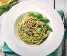 Spaghetti integrali con pesto di asparagi e semi di papavero