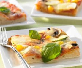 Pizza für 2 Bleche mit Grundsauce und Käse als Belag