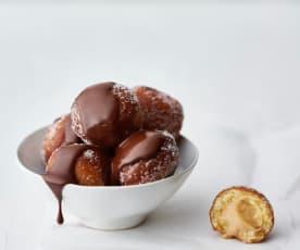Donas rellenas de crema pastelera de cacahuate con dip de chocolate