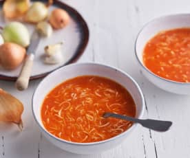 Sopa de fideos y tomate