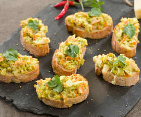 Tosta de palitos de cangrejo y queso gratinada