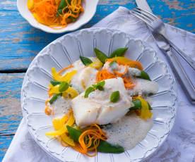 Kabeljau mit buntem Gemüse und Weißweinsauce