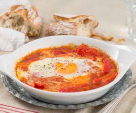 Huevos con salsa de tomate y pimiento rojo