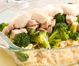 Brócoli con pasta, atún y mayonesa