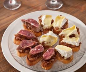 Tostas de cebolla caramelizada con solomillo y camembert