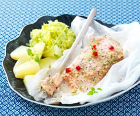 Papillote de saumon, sauce grenade, fondue de poireau et pommes de terre vapeur