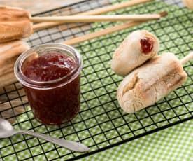 Espetadas de pão doce com recheio de morango