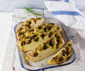 Kräuter-Knoblauch-Focaccia mit Oliven