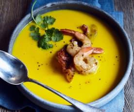 Süßkartoffel-Buttermilch-Suppe mit Bacon und Garnelen