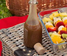 Brochetas de fruta con salsa de toffee