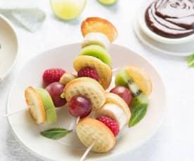Pincho de frutas con gofres mini crujientes