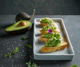 Crostini con crema di avocado e daikon