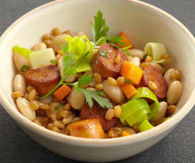 Dinkel-Gemüse-Topf mit Sojawürstchen