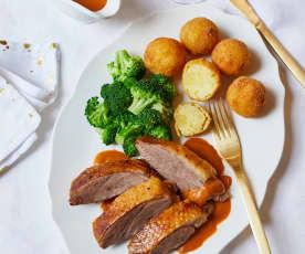 Weihnachtsgans mit Kartoffelbällchen und Brokkoli