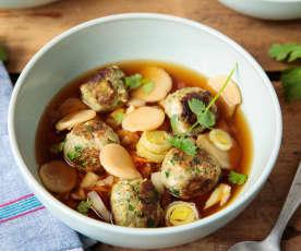 Boulettes de porc aux herbes, bouillon parfumé aux dumplings