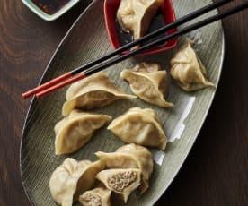 Ångade dumplings med kål och fläsk