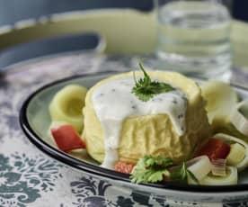 Ziegenkäse-Soufflé, Joghurtsauce und Lauch