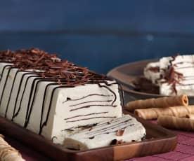 Helado de nata con láminas de chocolate