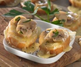 Crostini con champiñones y queso fontina