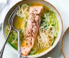 Saumon et bouillon, nouilles aux courgettes