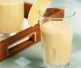 Smoothie de manzana, plátano, piña y canela