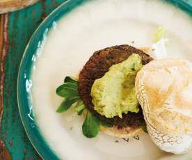 Hambúrgueres de feijão com molho de abacate