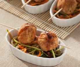 Albóndigas de pollo y calabacín sobre juliana de verduras