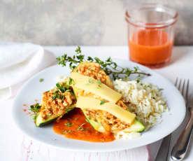 Gefüllte Zucchini mit Tomatensauce und Reis