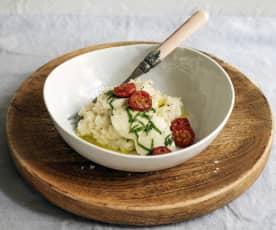 Basilikum-Risotto mit Mozzarella und Schmortomaten