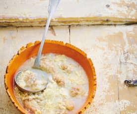Caldo de cebola com ovo esfarrapado