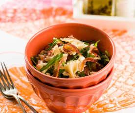 Salada de laços com presunto, rúcula e mozarela
